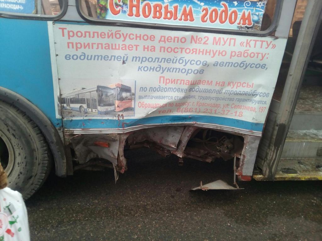 ВКраснодаре нетрезвый наджипе врезался втроллейбус