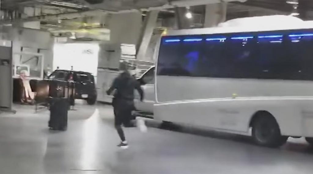 Видео напали на автобус